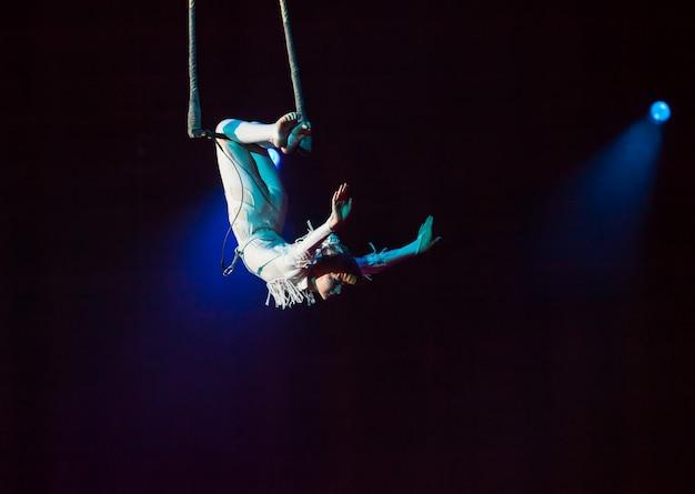 Actuaciones de circo aéreo en el circo.