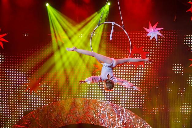 Actuaciones de gimnasta aérea en el circo.
