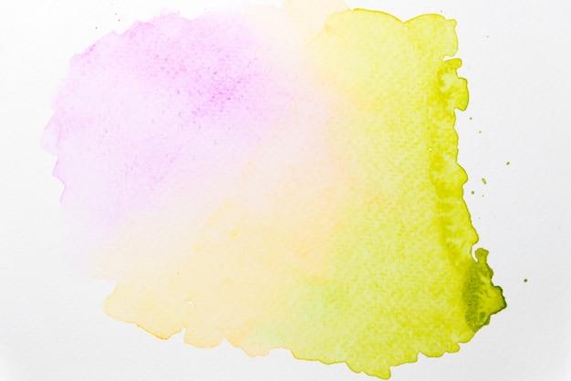 Acuarela abstracta de color rosa, amarillo y verde sobre papel.
