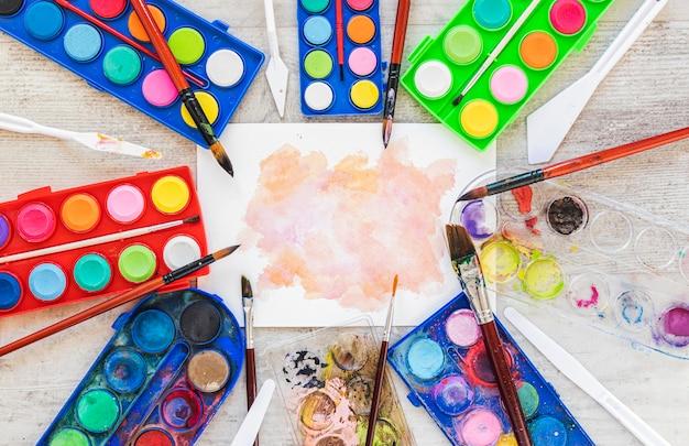 Acuarela acrílica y salpicaduras de color.