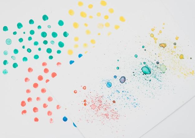 Acuarela colorida manchada en papel de dibujo.