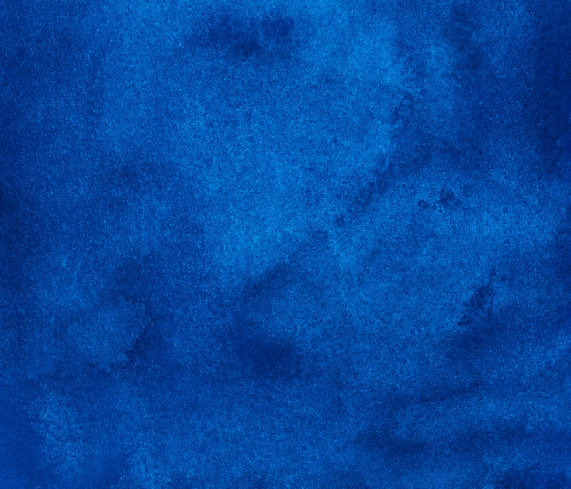 Acuarela textura de fondo azul profundo. fondo acuarela pintada a mano. manchas celestes sobre papel.