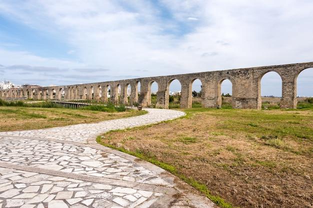 Acueducto antiguo de kamares en larnaca, chipre. antiguo acueducto romano