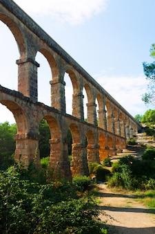 Acueducto romano de les ferreres en un día soleado