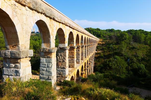 Acueducto romano en tarragona. cataluña