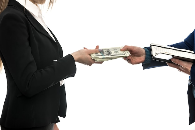 Acuerdo comercial exitoso entre socios aislado en un fondo blanco. dólar. concepto financiero