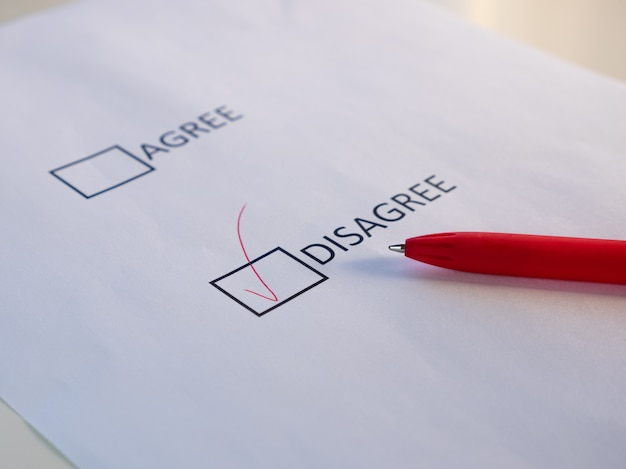 De acuerdo y en desacuerdo, las casillas de verificación en la marca de la hoja blanca coinciden con el lápiz rojo.
