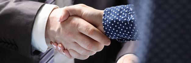 Acuerdo de documentos profesionales en la sala de conferencias.