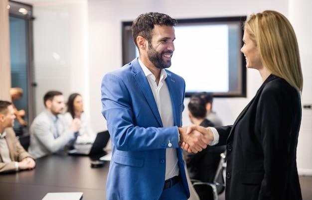 Acuerdo de gente de negocios durante la reunión de la junta en la oficina