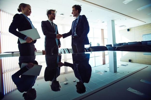 Acuerdo de negocios y apretón de manos