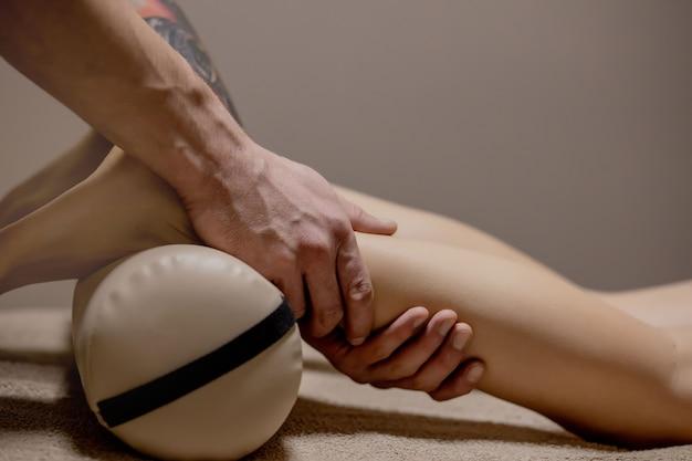 Acupresión, reflexología. la medicina natural, la reflexología, el masajeador de pies por acupresión oprime los puntos de flujo de energía.