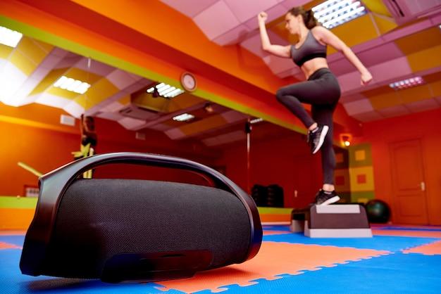 Acústica portátil en la sala de aeróbic.