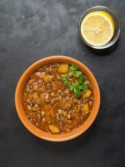 Adasi, estofado de lentejas persa. cocina árabe