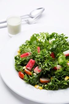 Aderezo de ensalada saludable con palito de cangrejo
