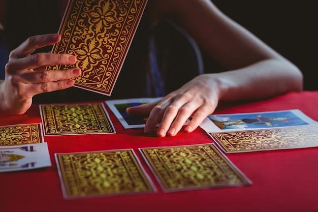 Adivino usando cartas del tarot