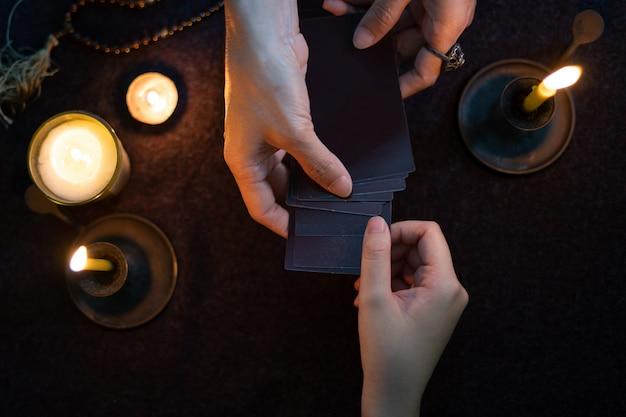 Los adivinos gitanos predicen horóscopos para los clientes que utilizan tarjetas gitanas predictivas.