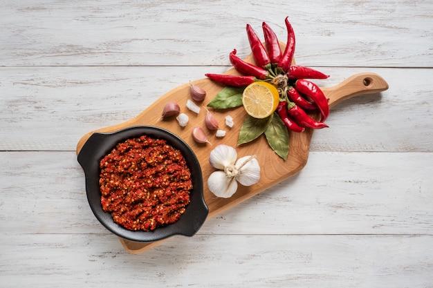 Adjika picante casera de pimientos picantes con especias. vista superior.