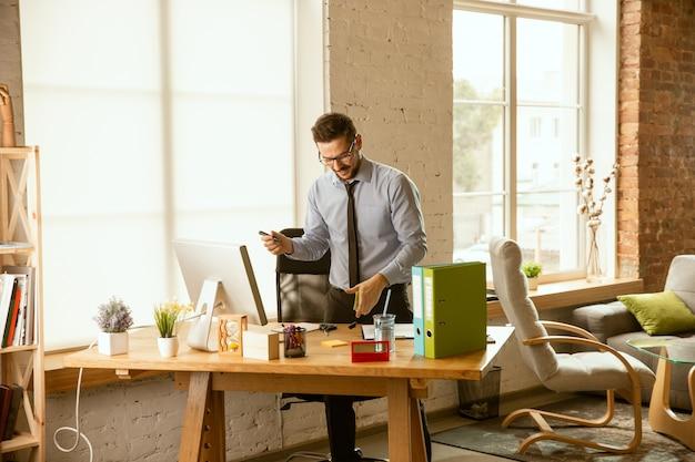Administración. un joven empresario moviéndose en la oficina.
