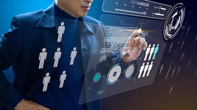 Administrador comercial en acción de mano de obra o planificación de recursos humanos u organización empresarial en un tablero virtual futurista de realidad aumentada.