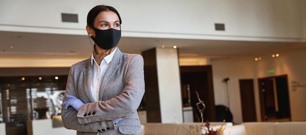 Administrador del hotel confiado que espera que lleguen los invitados