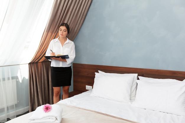 Administrador del hotel escribiendo en el portapapeles