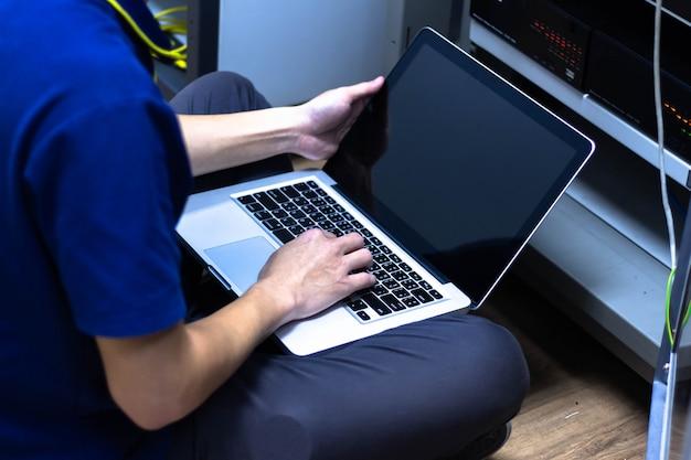 Administrador de red trabajando en la sala del centro de datos.