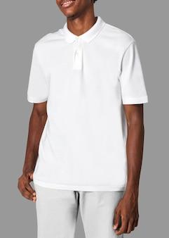 Adolescente afroamericano en camiseta de polo blanca sesión de ropa juvenil