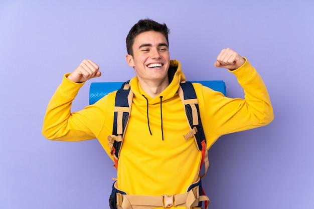 Adolescente alpinista hombre caucásico con una mochila grande