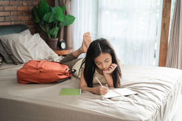 Adolescente asiática estudiando en casa