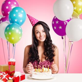 Adolescente atractiva que celebra su cumpleaños con la torta