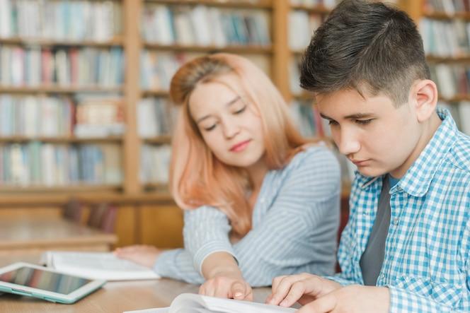 Adolescente ayudando a amigo con la tarea