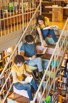 Adolescente ayudando a amigos con estudios