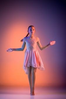 El adolescente bailarín de ballet moderno