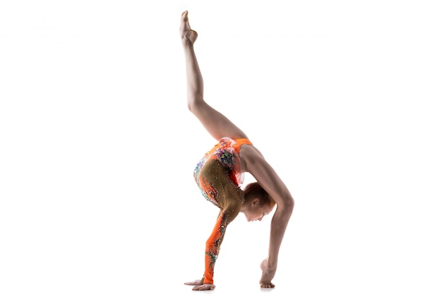 Adolescente bailarina haciendo back walkover