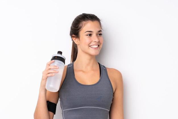 Adolescente brasileña deporte chica con botella de agua deportiva
