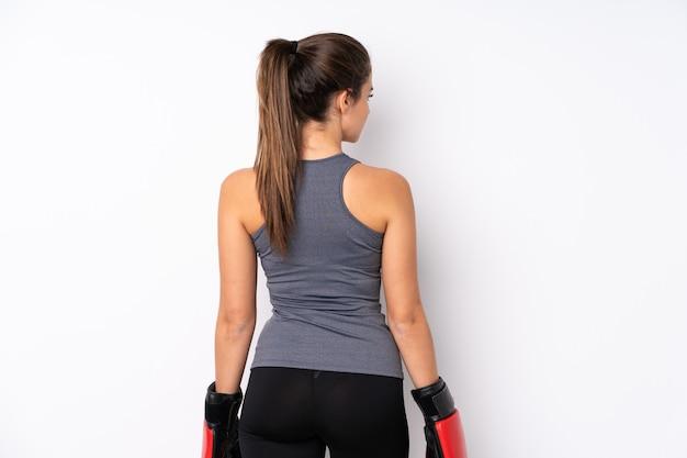 Adolescente brasileña deporte niña con guantes de boxeo