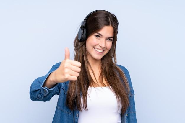 Adolescente brasileña escuchando música