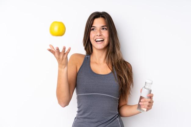 Adolescente brasileña con una manzana y una botella de agua
