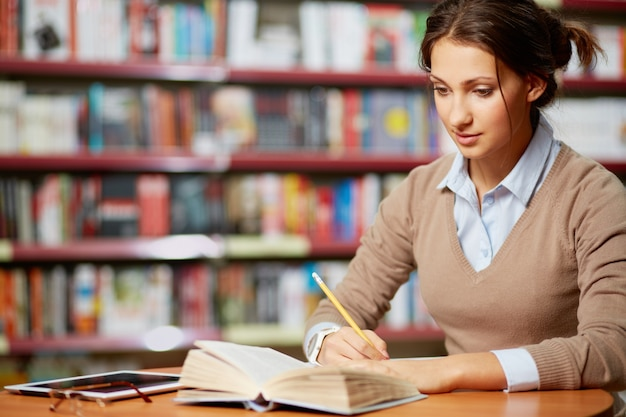 Adolescente buscando información para su redacción