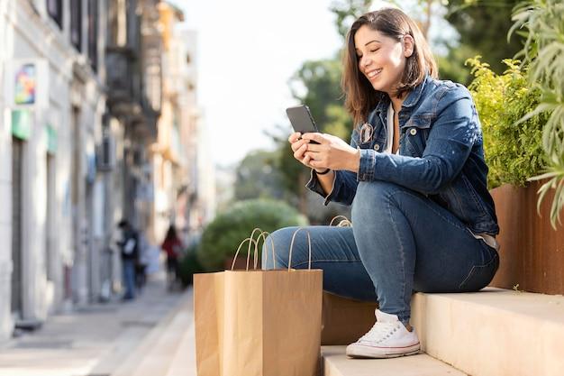 Adolescente casual navegando por su smartphone