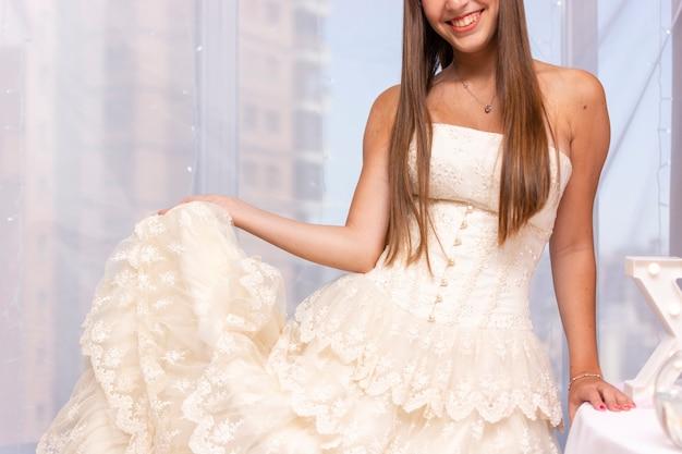 Adolescente celebrando quinceañera con un lindo vestido