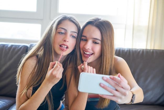 Adolescente chicas mejores amigos maquillaje selfie cámara