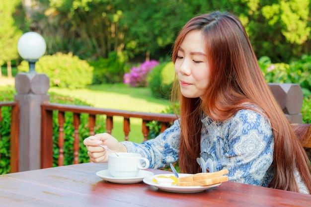 Adolescente comiendo desayuno