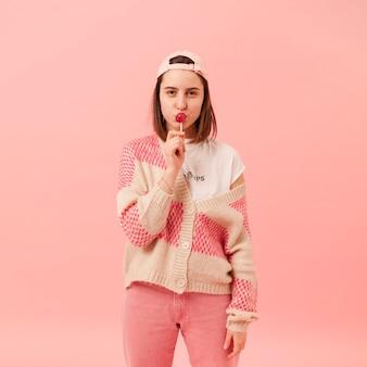 Adolescente comiendo piruleta