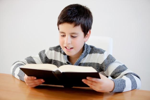 Adolescente concentrado de trece años leyendo un libro