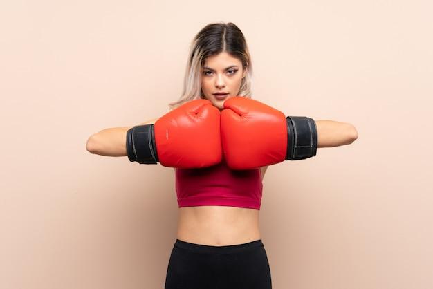 Adolescente deporte niña con guantes de boxeo