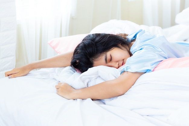Adolescente despertado en la mañana tarde