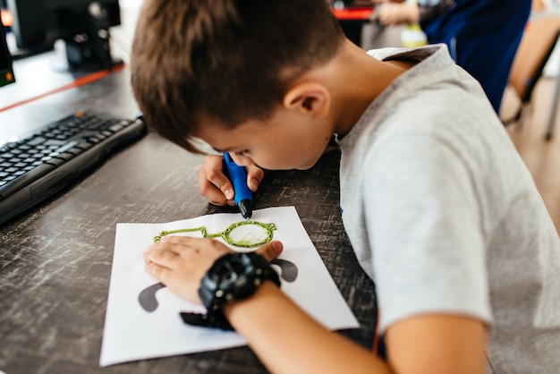 Adolescente dibuja gafas 3d pluma