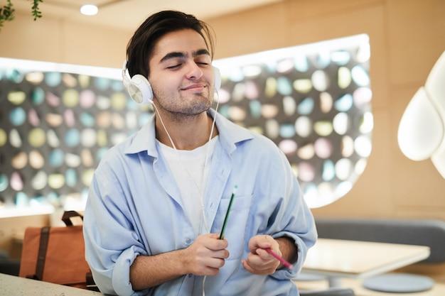 Adolescente disfrutando de la música