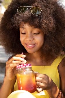 Adolescente disfrutando de su bebida